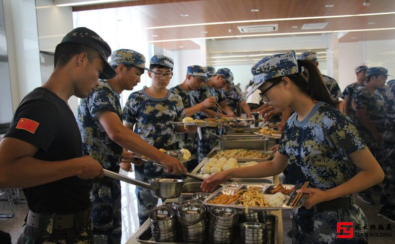 军事拓展训练-l排队打餐
