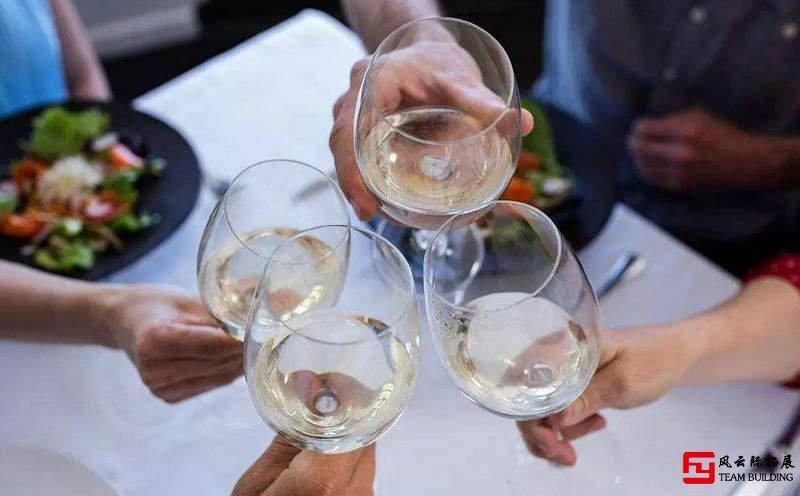 公司团建怎么敬领导酒?这里有敬酒万能话术技巧