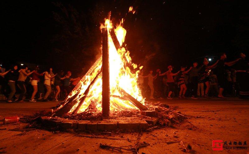 适合篝火晚会的游戏_推荐十个好玩的篝火晚会游戏项目